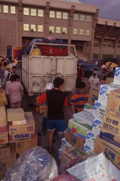 在九二一大地震後,從台灣各地收集的救援物資,快速地送抵災區。(新新聞資料照)