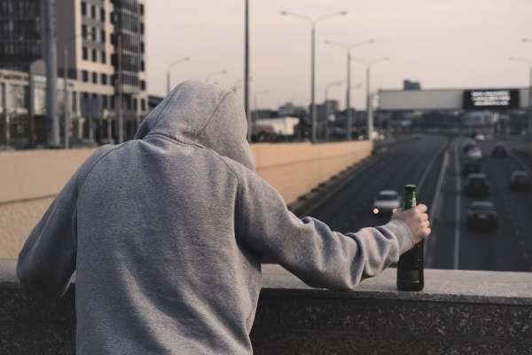 別再以為酒精是助性秘方⋯醫生警告:「不舉」事小、甚至可能有更嚴重後果,一輩子無法「盡人事」