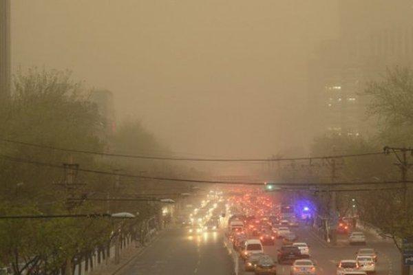 北京沙塵暴:黃沙滾、不見天惹網民熱評