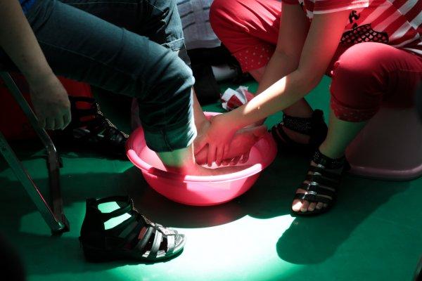 踏過歲月的痕跡 孩子為母親洗腳學會的事