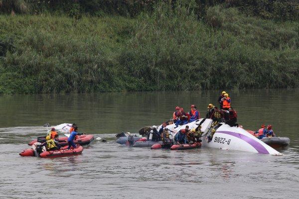 復興航空GE235墜河奪43命 飛安會報告:駕駛員誤關正常運作發動機