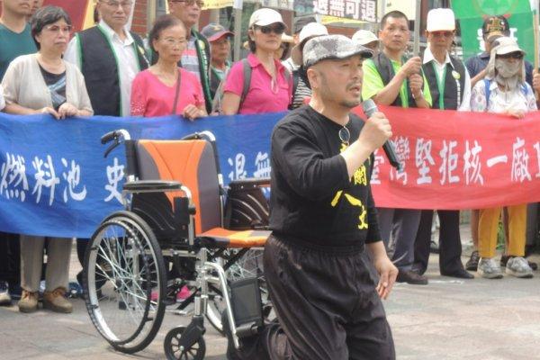 燃料把手斷裂未解前重啟核一廠  反核人士下跪祈求:台灣不要成下一個福島