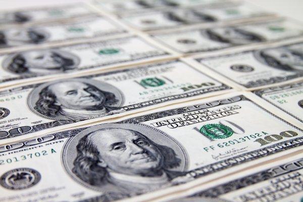 全球財經掃描:Fed官員強化鷹派立場,油價急挫,美元續揚