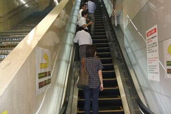 赴日旅遊注意!搭手扶梯別再只靠一邊站 東京宣導「站成2列請勿行走」