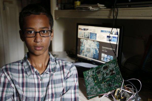 穆斯林恐懼症》美國高中生自製鬧鐘被當炸彈 歐巴馬親邀入白宮