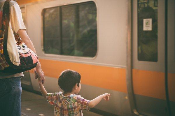 什麼時候「讓」孩子獨立?韓國仁川大學教授:觀察孩子搭公車的模樣