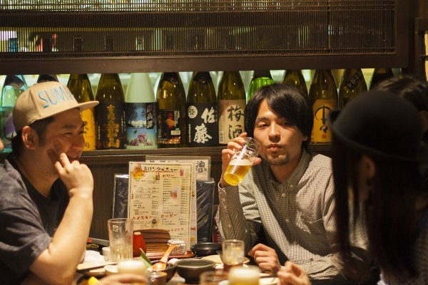 一群人聚在一起吃飯喝酒,開心嗎?日本資深藝人:酒攤飯局,就是廢話的寶庫!