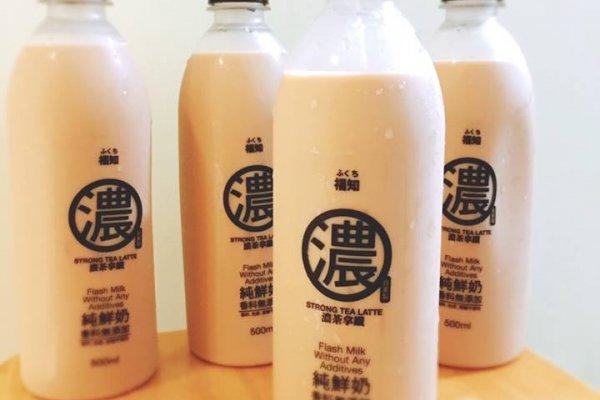 工人裸身摳腳皮、手指試甜度,南台灣最受歡迎奶茶讓消費者大讚:好香好濃!