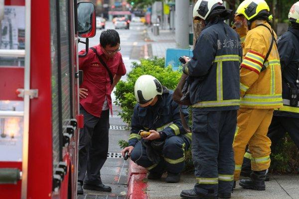 消防員救護車用餐被檢舉 役男撰文相挺:警消也是人,不顧一切在搏鬥