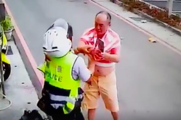 不滿遭取締 男持刀砍員警 警察高喊「我們要尊嚴」