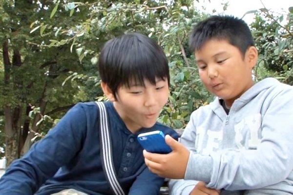 「同學都有帶,為什麼我不行?」當小孩要求帶手機去學校,父母就該妥協?