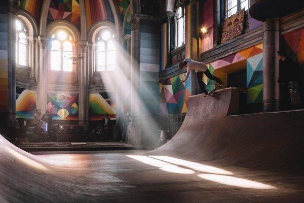 在這間教堂內,你可以盡情溜滑板!百年教堂變身滑板樂園