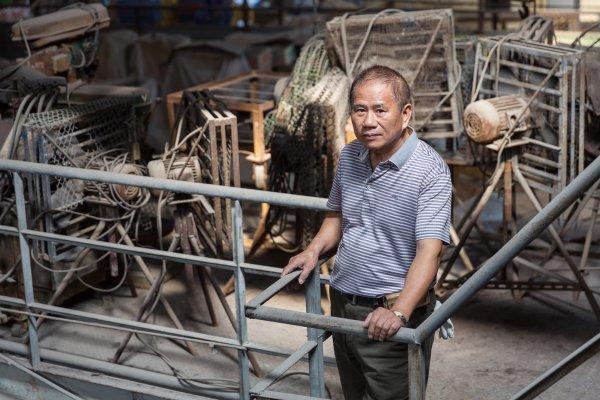 一場大火讓價值兩百多萬燈罩付之一炬,靠著工人力挺,他走過台灣玻璃業的輝煌