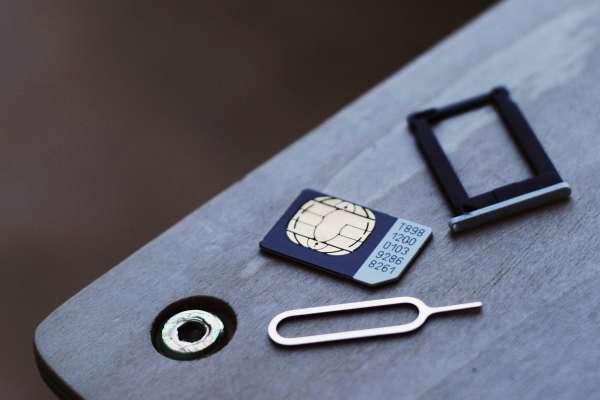 沒有退卡針,該怎麼把SIM卡拿出來?內行網友用1招神解,蘋果官方也認證