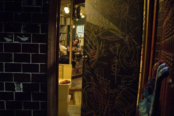 緩緩流出黑膠聲響的暗紅色鐵門,這裡是古怪天才藝術家的集散地