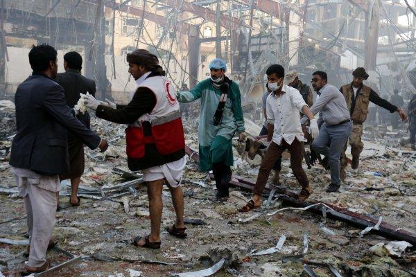 沙烏地阿拉伯下的手?葉門首都喪禮慘遭空襲逾140死 數千民眾示威要求國際介入