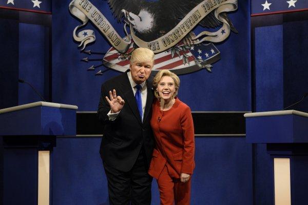 美國總統大選》美國綜藝秀「周六夜現場」惡搞總統辯論 湯姆漢克也來尬一角