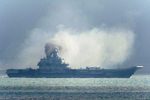 俄國航空母艦出征中東一路噴黑煙 被笑老舊「燒煤船」