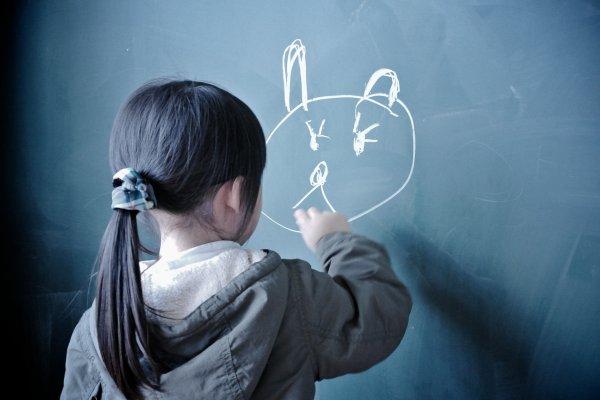 聽到「畫那麼醜」,小孩會多難過?專家5大教養建議,別讓一句話毀孩子一生啊