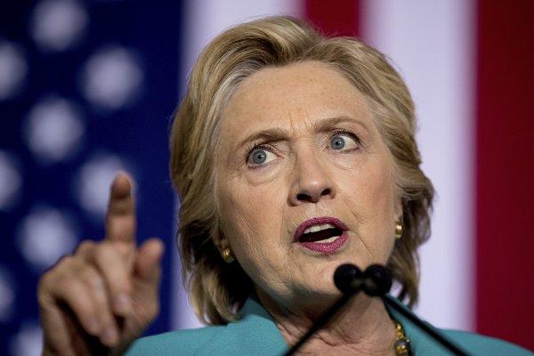 美國總統大選》選前10天遭「電郵門」震撼彈偷襲 希拉蕊槓上FBI局長柯密