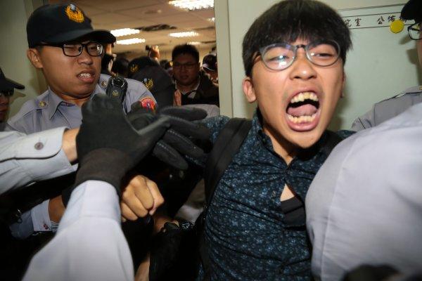 青年團體闖柯建銘辦公室 要求辯論砍7天假 遭警架離