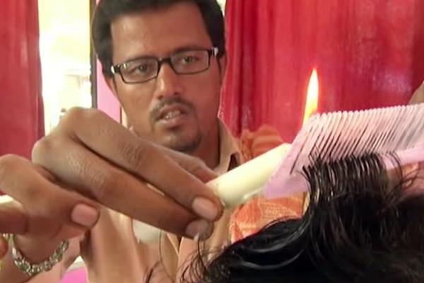 有片》不小心蠟油就滴頭皮?一場停電意外,讓印度28歲理髮師『燒出』新商機
