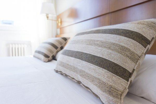 枕頭不洗,睡覺像躺在滿滿塵螨屍體!7個每天用卻最髒的居家物品,歲末快換新