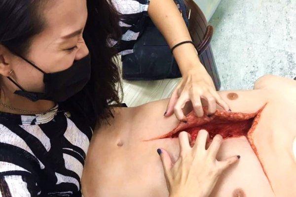 斷手殘肢、傷口還長蟲…驚悚片讓她愛上特殊化妝,24歲成為第一個華人世界冠軍!