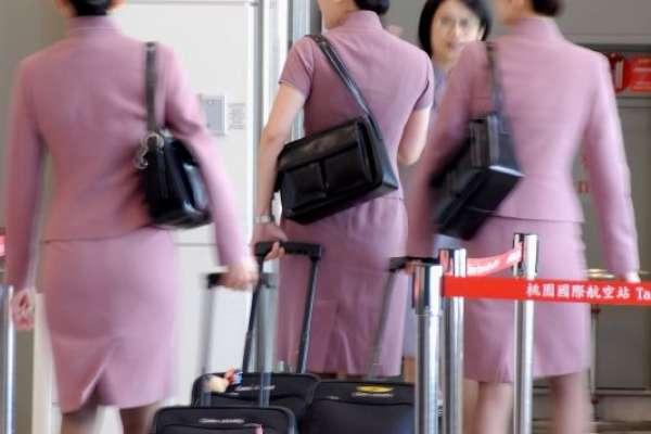 誰說空姐一定要化妝?英國維珍航空宣布:女性可以穿褲裝、還能直接素顏上工!