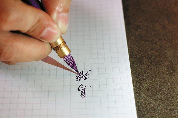 為何一支台灣製鋼筆,震撼日本120年老店?他離開科技業,研發樂勝外國貨的夢幻文具