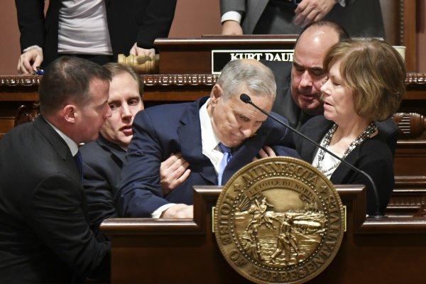發表州情咨文時突然口齒不清、當眾昏倒 美明尼蘇達州長證實罹患前列腺癌
