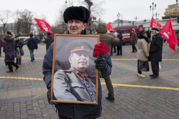 20世紀殺人魔王之首!俄共支持者在莫斯科紀念史達林逝世64週年