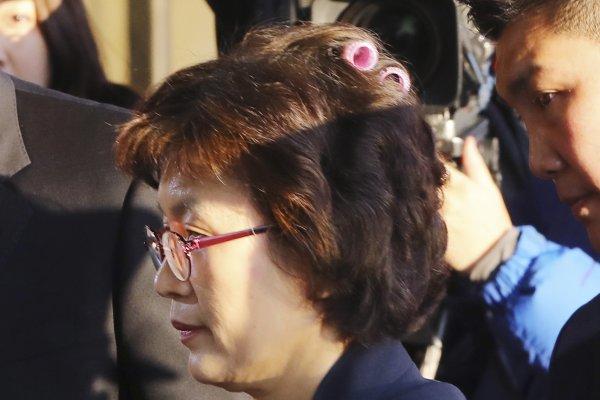 一邊ㄙㄟㄉㄡˇ一邊解職總統?朴槿惠案法官粉紅色髮捲「驚艷」全球