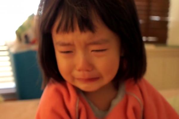 德國小孩哭鬧時,為何老師不強硬制止?而台灣父母和老師卻還在「三秒不哭」?
