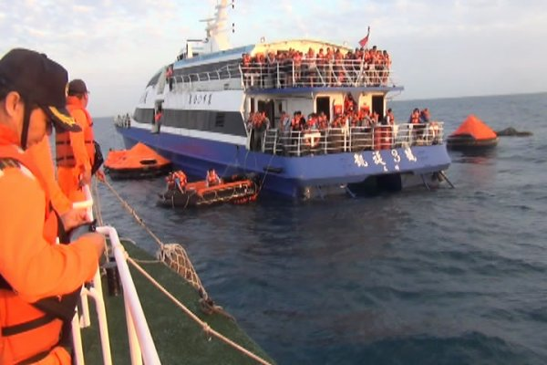 澎湖客輪凱旋三號進水擱淺布袋外海 354人全數平安獲救