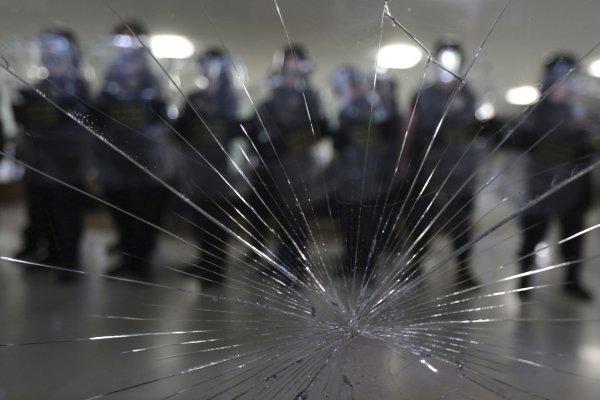 年金改革巴西版》不滿60歲才能退休,休假員警組「五百壯士」衝撞國會!政府出動橡膠子彈、催淚瓦斯驅離