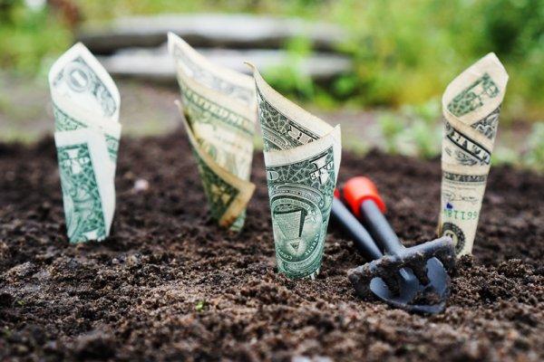 年輕人就是愛亂花錢?但每個月只能存下幾千塊也該投資嗎?他們這樣說……