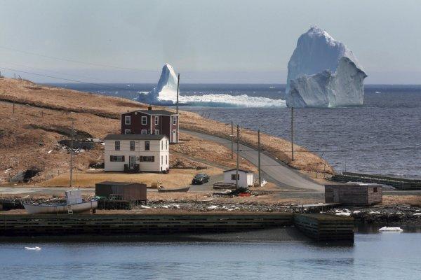 海邊就能看冰山!冰山「擱淺」加拿大海灘 民眾爭相拍照