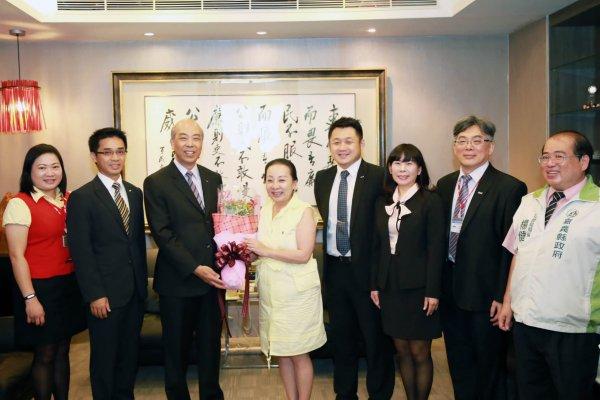 捐贈低收入戶微型傷害保險 新光人壽與張花冠縣長談台灣燈會
