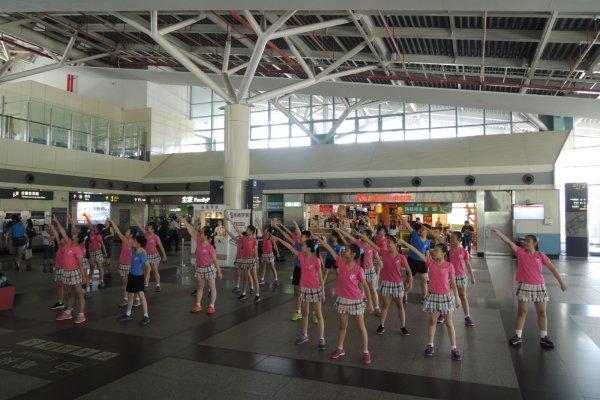 高鐵嘉義站快閃表演 雙溪幼兒園及崇文國小舞蹈班提前傳遞母親節溫馨