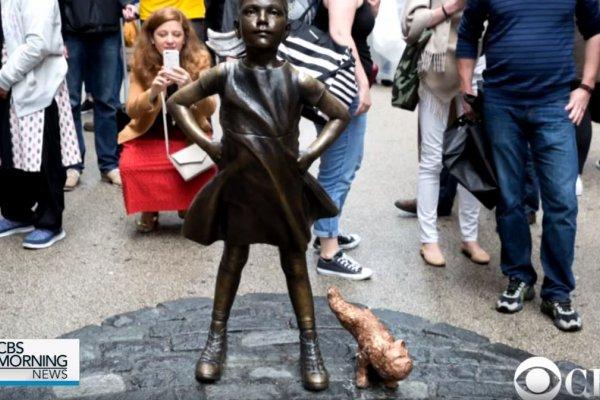 抗議華爾街「無畏女孩」銅像  藝術家製作「撒尿小狗」再惹爭議
