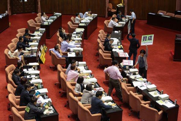 年金改革立院二讀!2026年起,公務員年滿65歲才能領取全額退休金