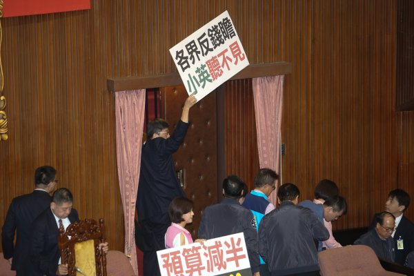 擋前瞻夜宿議場2天,國民黨團今早舉行「退場記者會」