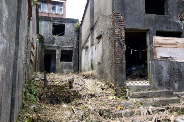 閒置國軍老舊眷舍蛇鼠出沒 立委要求十月底前完成拆除