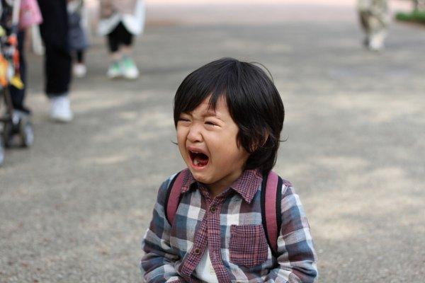 父母請練習「閉嘴」!當孩子難過哭泣時,叫他「不要哭」,長大容易沒自信
