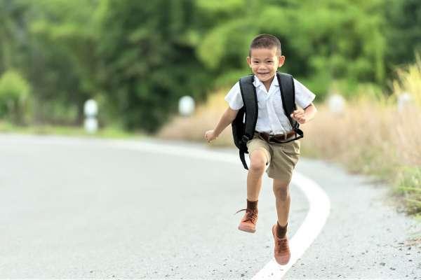 小孩暑假都很晚睡,開學後天天遲到該怎麼辦?心理師教你4招戒掉孩子的「上學拖延症」