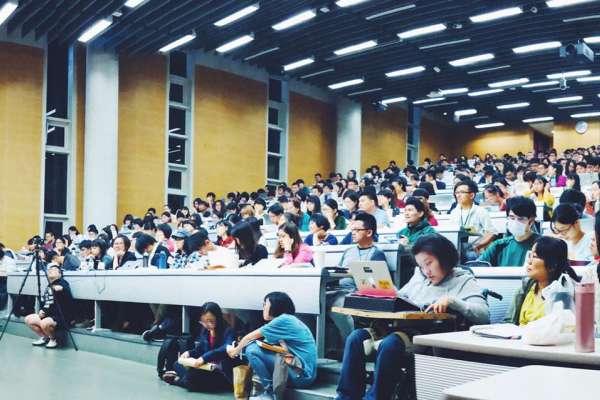 沒學分也塞爆台大最寬教室!500位學子、上班族搶聽,這堂「失敗者社會學」有何魅力?
