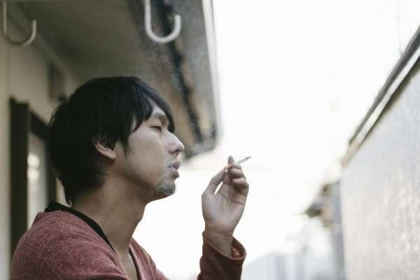 爸媽抽菸恐讓小孩「從小笨到大」!醫師揭追蹤30年研究:這些危害恐傷害終身