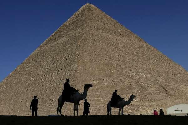 丹麥情侶爬上金字塔拍裸照 埃及怒批沒有公德心