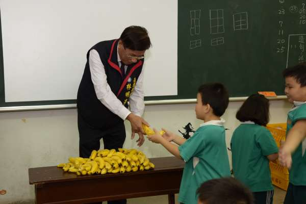 送香蕉到學校 投縣府以行動協助促銷
